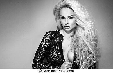 preto branco, retrato, de, jovem, mulher bonita, com, cabelo ondulado loiro, olhar, câmera.
