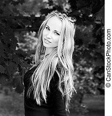 preto-e-branco, retrato, de, mulher, com, cabelo longo