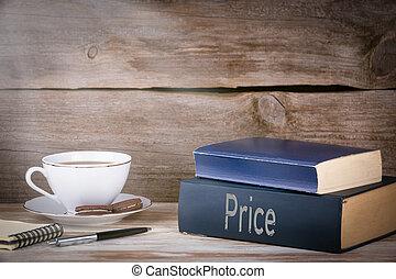 price., pilha livros, ligado, escrivaninha madeira