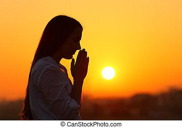 prier, femme, coucher soleil, rétroéclairage