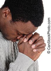 prier, homme africain, à, sien, mains ont plié