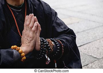 prier, moine bouddhiste