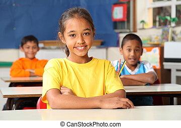 primärskola, barn, hos, skrivbord