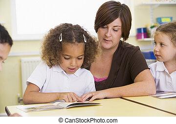 primair, leraar, hun, schooljeugd, lezende , stand