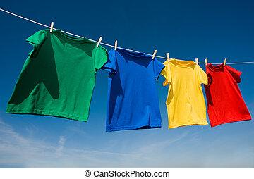 primario, coloreado, camisetas, en, un, clothesline