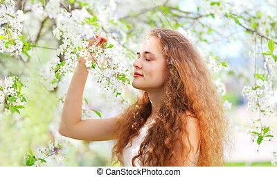primavera, bello, giovane ragazza, con, capelli ricci, in, fioritura, bianco, giardino