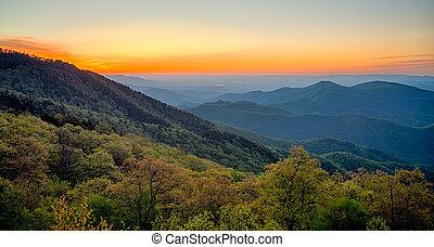 primavera, en, escénico, carretera ajardinada de cumbre azul, appalachians, montañas ahumadas