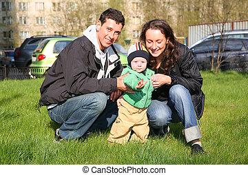 primavera, familia , con, bebé, en, yarda