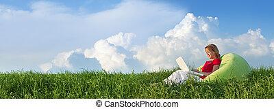 primavera, panorama, con, donna sedendo, fuori