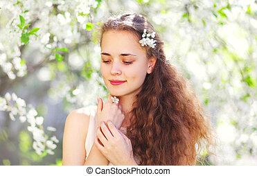 primavera, ritratto, bello, giovane ragazza, con, capelli ricci, in, fioritura, giardino