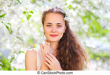 primavera, ritratto, di, bello, giovane ragazza, con, capelli ricci, in, fioritura, giardino