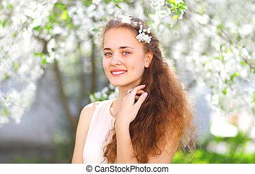 primavera, ritratto, di, uno, bello, giovane ragazza, con, capelli ricci, in, fioritura, giardino