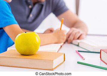 primeiro plano,  close-up, dever casa, sentando, deitando, imagem, pai, junto, filho, ajudando, enquanto, verde, tabela, vista, lado, dever casa, maçã
