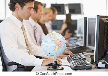 primeiro plano, espaço escritório, globo, businesspeople, cinco, escrivaninha