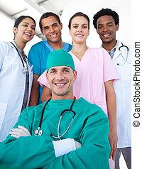 primeiro plano, médico, braços dobrados, confiante, equipe, internacional, cirurgião