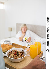 primeiro plano, pequeno almoço, mulher, cama, sentando