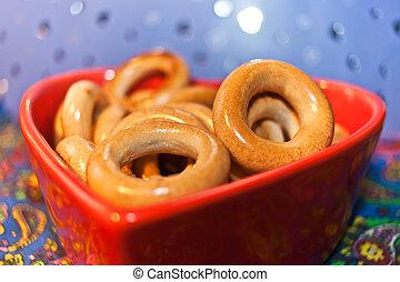 primer plano, barnizado, rosquillas de pan, en, placa roja, en forma, de, heart., selectivo, enfoque.