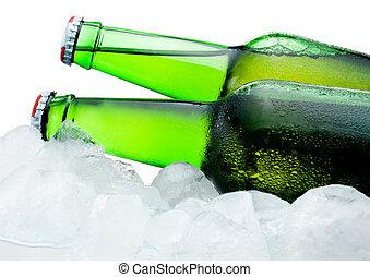primer plano, condensación, botellas, dos, hielo, cerveza, fondo verde, blanco, fresco