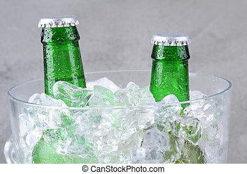 primer plano, cubo, botellas de cerveza, hielo