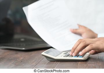 primer plano, de, businessperson, calculador, presupuesto, con, calculadora, en el escritorio