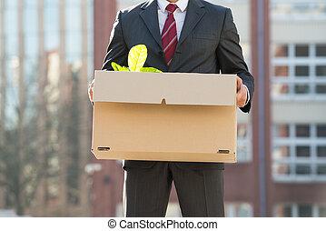 primer plano, de, businessperson, posición, con, caja de cartón, exterior, o