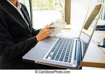 primer plano, de, contador, mujer, utilizar, calculadora, para, ella, trabajo, con, labtop, en, oficina., impuesto, finanzas, factura