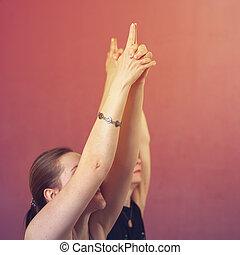 primer plano, de, dos mujeres, practicar, yoga, en la clase