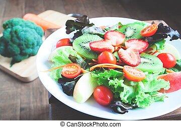 primer plano, de, fresco, ensalada, con, fresas, encima