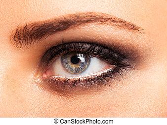 primer plano, de, hermoso, womanish, ojo, con, encantador, maquillaje