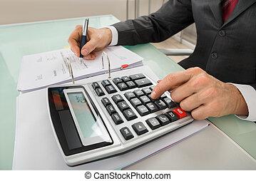 primer plano, de, hombre de negocios, calculador, factura, utilizar, calculadora