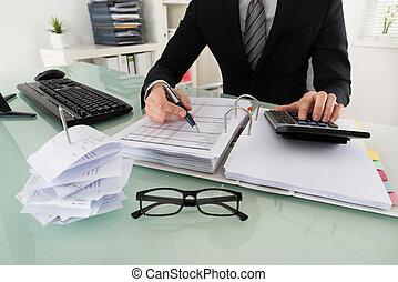 primer plano, de, hombre de negocios, calculador, impuesto