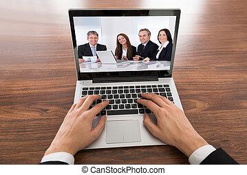primer plano, de, hombre de negocios, comunicación video, en, computador portatil