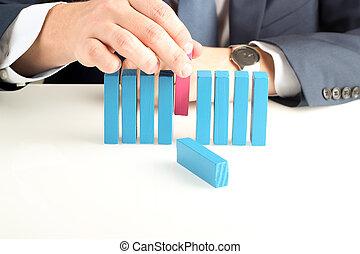 primer plano, de, hombre de negocios, empujar, afuera, bloque de madera, con, mano, en el escritorio