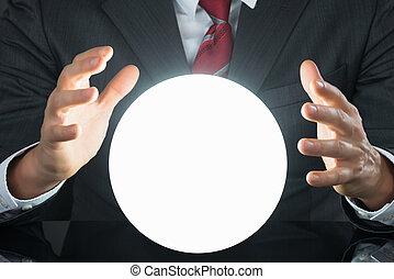 primer plano, de, hombre de negocios, entregue, bola de cristal
