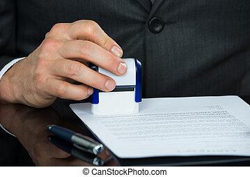 primer plano, de, hombre de negocios, estampar, documento