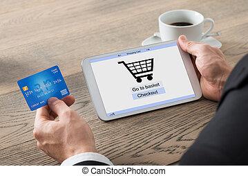 primer plano, de, hombre de negocios, ir de compras en línea directa