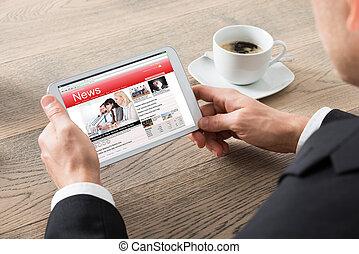 primer plano, de, hombre de negocios, lectura, noticias