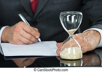 primer plano, de, hombre de negocios, relleno, forma, con, reloj de arena