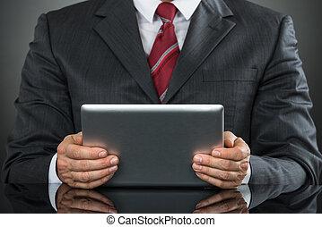 primer plano, de, hombre de negocios, utilizar, tableta de digital