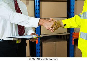 primer plano, de, hombre de negocios, y, almacén, trabajador, sacudarir las manos