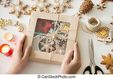 primer plano, de, manos, tenencia, un, festivo, caja, con, galletas navidad