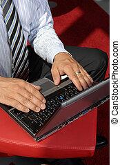 primer plano de manos, trabajo encendido, computador portatil