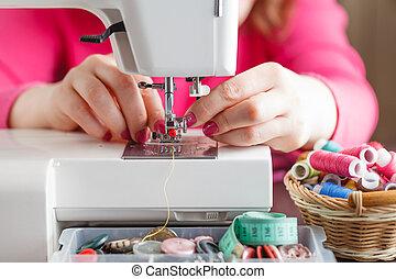primer plano de manos, trabajo encendido, un, máquina de coser