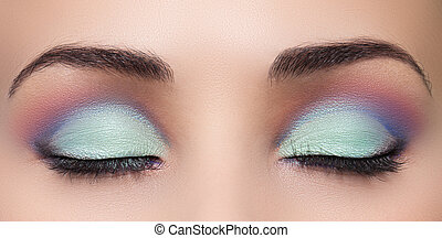 primer plano, de, mujer hermosa, ojo, con, maquillaje