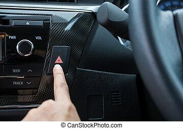 primer plano, de, mujer joven, planchado, emergencia botón, en, coche, deporte, dashboard.