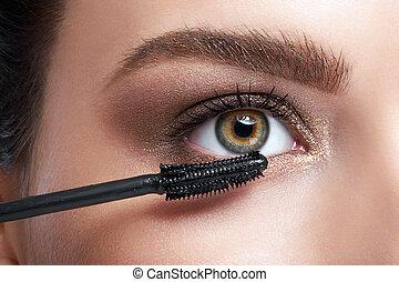 primer plano, de, mujer joven, ser aplicable, rímel, en, pestañas, por, cepillo cosmético
