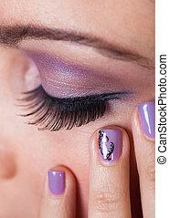 primer plano, de, mujer, ojo, con, púrpura, eyeshadow
