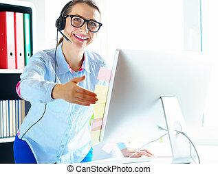 primer plano, de, mujer, trabajando, en, un, centro de la llamada