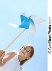 primer plano, de, niña, soplar, azul, viento, rueda