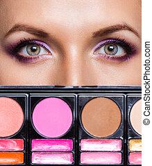 primer plano, de, ojos hermosos, con, kit del maquillaje, y, encantador, maquillaje